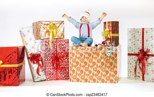 μικρό , χαριτωμένος , κάθονται , δώρο , αγόρι  - csp23483417