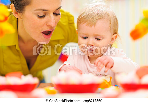 μωρό , γιορτάζω , γενέθλια , μαμά , πρώτα  - csp8717569