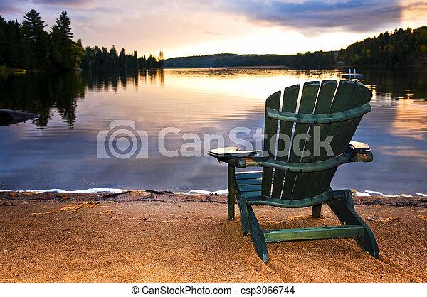ξύλινος , καρέκλα παραλίαs , ηλιοβασίλεμα  - csp3066744