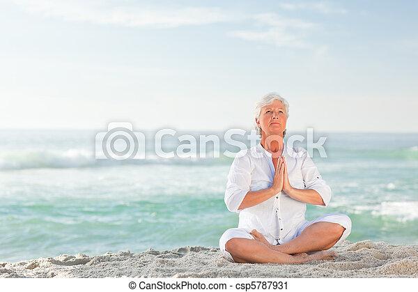 παραλία , άσκηση , γυναίκα , γιόγκα , ώριμος  - csp5787931