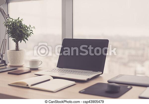 πόλη , γραφείο , windows , laptop , δουλειά , αναπαυτικός , σημειωματάριο , χώρος εργασίας , τραπέζι , αντίκρυσμα του θηράματοσ.  - csp43905479