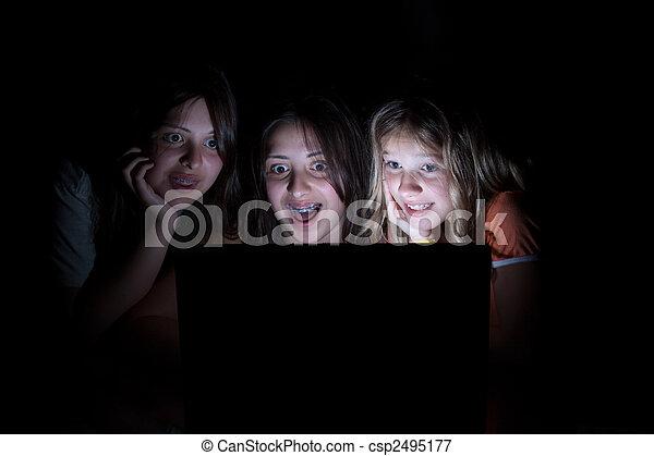 σκοτάδι , όλα , κάθονται , οθόνη , δεσποινάριο , τρία , αγριομάλλης , ανώριμος ατενίζω , ηλεκτρονικός υπολογιστής , έκφραση , έκπληκτος  - csp2495177