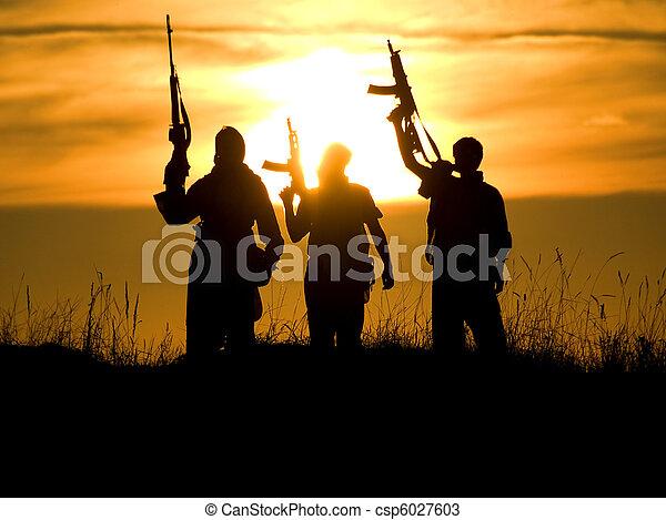 στρατιώτες , απεικονίζω σε σιλουέτα  - csp6027603