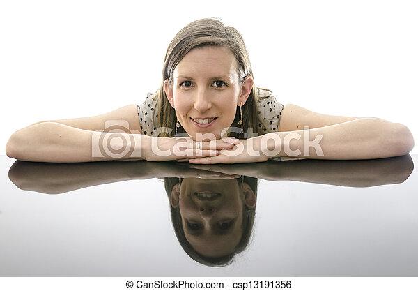 τραπέζι , ευθυμία γυναίκα , νέος , κλίση  - csp13191356