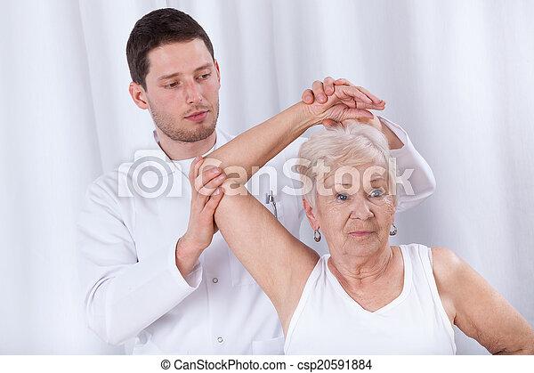 φυσιοθεραπευτής , γυναίκα , αποκαθιστώ , ηλικιωμένος  - csp20591884