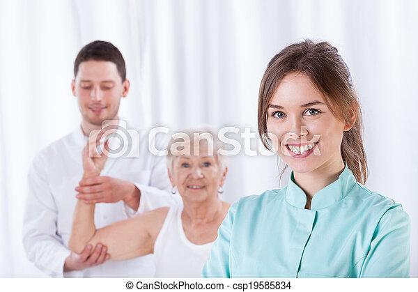 χαμογελαστά , θεραπευτής , γυναίκα  - csp19585834
