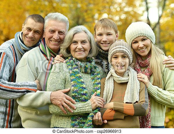 χαμογελαστά , οικογένεια , ανακουφίζω από δυσκοιλιότητα  - csp26966913