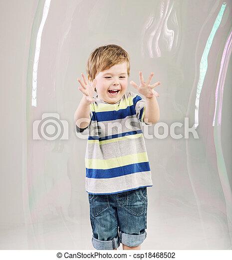 χαριτωμένος , μικρός , κάνω μαλαγανιές αφρίζω , παίξιμο , παιδί  - csp18468502