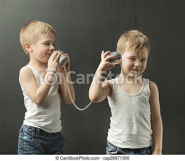 χαριτωμένος , μικρός , παιχνίδι , αδέλφια , τηλέφωνο , λόγια  - csp26971300