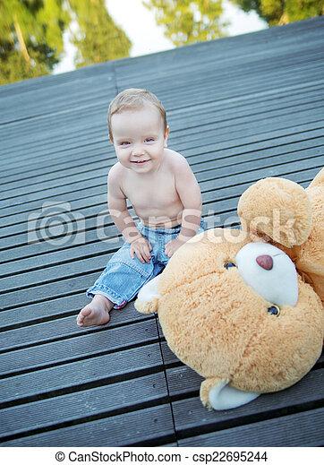 χαριτωμένος , μικρό αγόρι , παίξιμο , άθυρμα  - csp22695244
