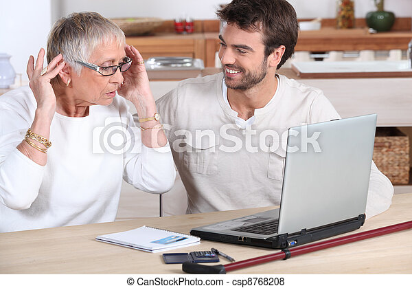 χρησιμοποιώνταs , γυναίκα , ηλεκτρονικός υπολογιστής , ηλικιωμένος  - csp8768208