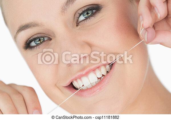 χρησιμοποιώνταs , οδοντιατρικός , γυναίκα , μεταξωτή κλωστή  - csp11181882