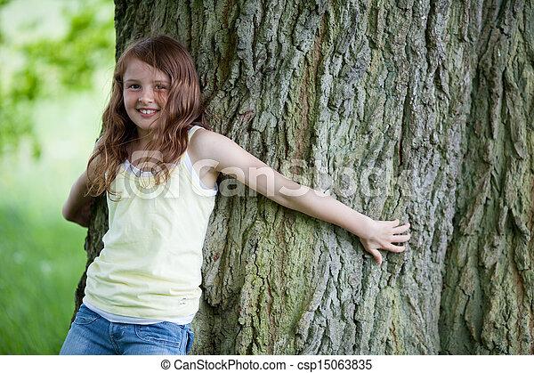 ψηλός , μικρός , βελανιδιά , κορίτσι , κλίση  - csp15063835