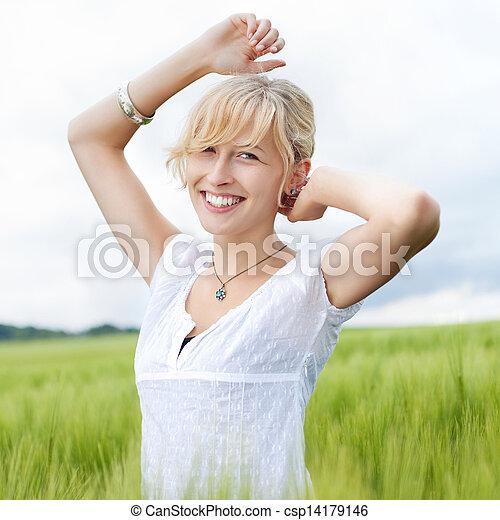 όμορφος , αίσιος γυναίκα , φύση  - csp14179146
