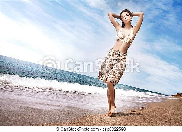 όμορφος , θερμότατος γυναίκα , παραλία  - csp6322590