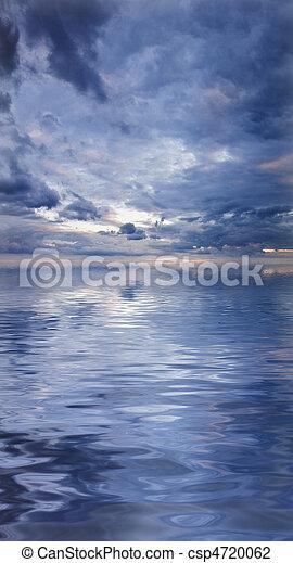 όμορφος , cloudscape , υποβλητικός , διαύγεια αντανάκλαση  - csp4720062