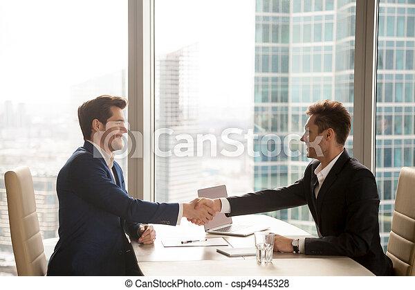город, б, офис, доволен, два, businessmen, handshaking, счастливый - csp49445328