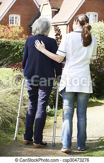 гулять пешком, женщина, сад, сиделка, рамка, ходить, помощь, с помощью, старшая - csp30473276