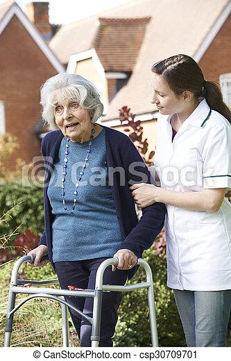 гулять пешком, женщина, сад, сиделка, рамка, ходить, помощь, с помощью, старшая - csp30709701