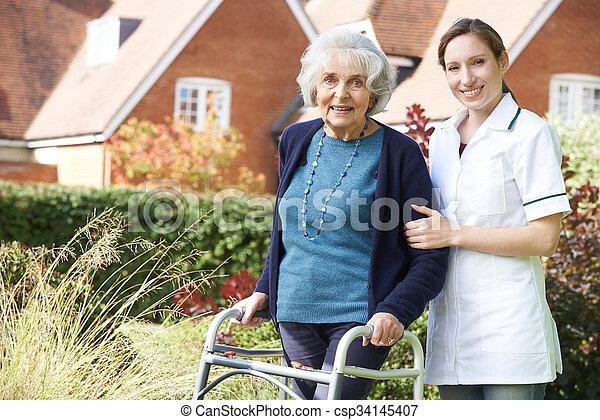 гулять пешком, женщина, сад, сиделка, рамка, ходить, помощь, с помощью, старшая - csp34145407