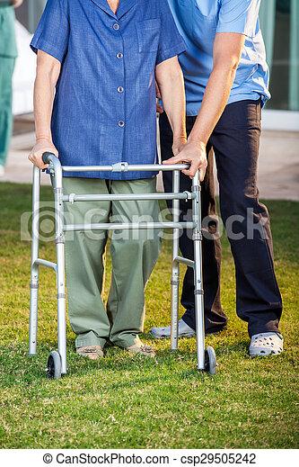 гулять пешком, женщина, смотритель, рамка, помощь, с помощью, старшая - csp29505242