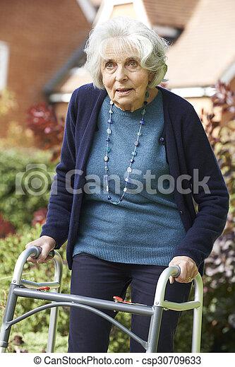 гулять пешком, сад, рамка, женский пол, с помощью, старшая - csp30709633