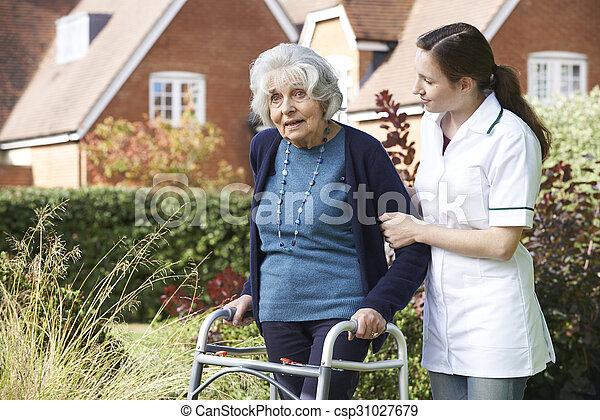 гулять пешком, сад, сиделка, рамка, ходить, помощь, с помощью, старшая, человек - csp31027679