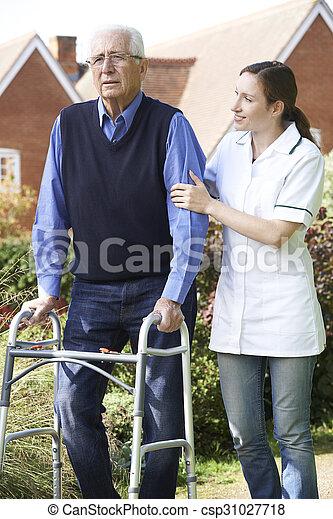 гулять пешком, сад, сиделка, рамка, ходить, помощь, с помощью, старшая, человек - csp31027718