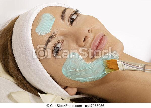 женщина, ее, красота, получение, маска, молодой, лицо, лечение, кожа, щетка - csp7087056