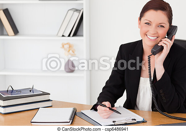 женщина, офис, red-haired, сидящий, блокнот, phoning, письмо, в то время как, симпатичная, костюм - csp6486941