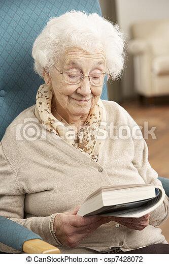 женщина, relaxing, книга, главная, старшая, чтение, стул - csp7428072