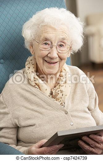 ищу, старшая, фотография, женщина, рамка - csp7424739
