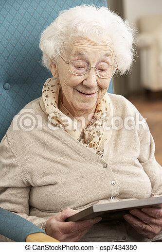 ищу, старшая, фотография, женщина, рамка - csp7434380