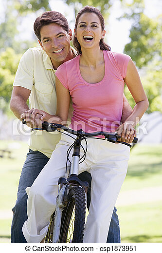 пара, велосипед, улыбается, на открытом воздухе - csp1873951