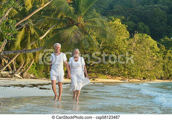 пара, гулять пешком, пожилой, счастливый - csp58123487