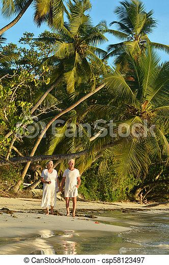 пара, гулять пешком, пожилой, счастливый - csp58123497