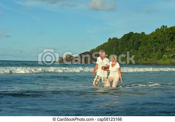 пара, гулять пешком, пожилой, счастливый - csp58123166