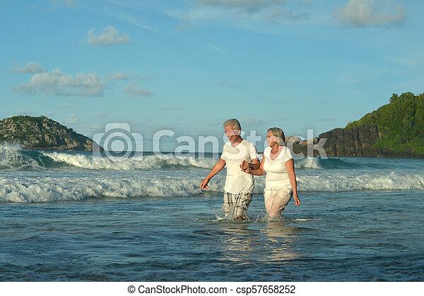 пара, гулять пешком, пожилой, счастливый - csp57658252