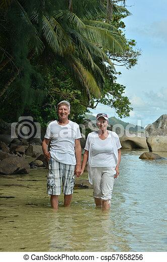 пара, гулять пешком, пожилой, счастливый - csp57658256