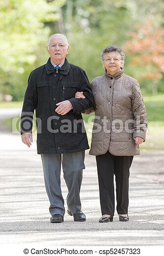 пожилой, пара, гулять пешком, вместе - csp52457323