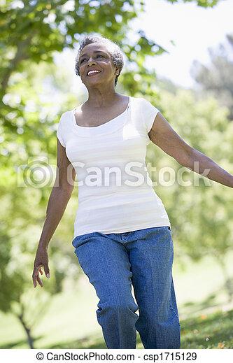 старшая, женщина, парк, гулять пешком - csp1715129