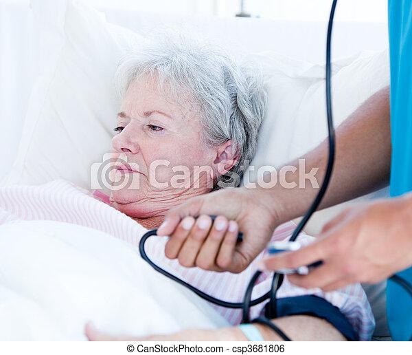 старшая, лежащий, больница, больной, постель, женщина - csp3681806
