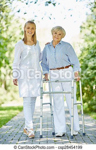 старшая, пациент, клиницист - csp28454199