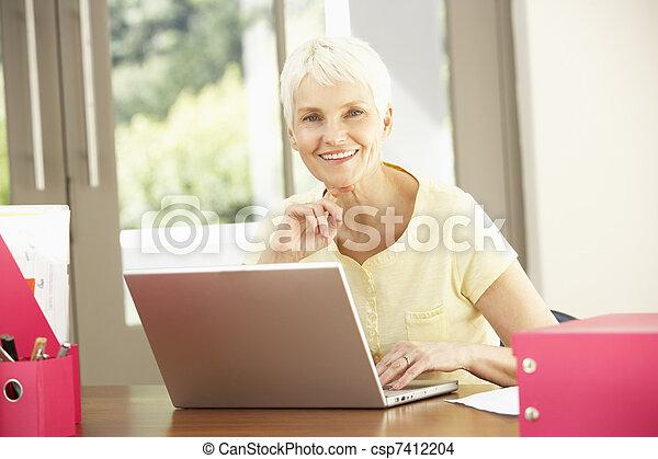 с помощью, портативный компьютер, женщина, старшая, главная - csp7412204