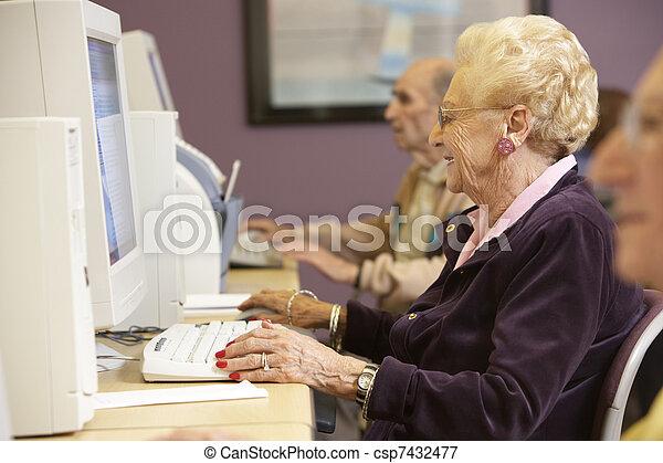 с помощью, старшая, женщина, компьютер - csp7432477