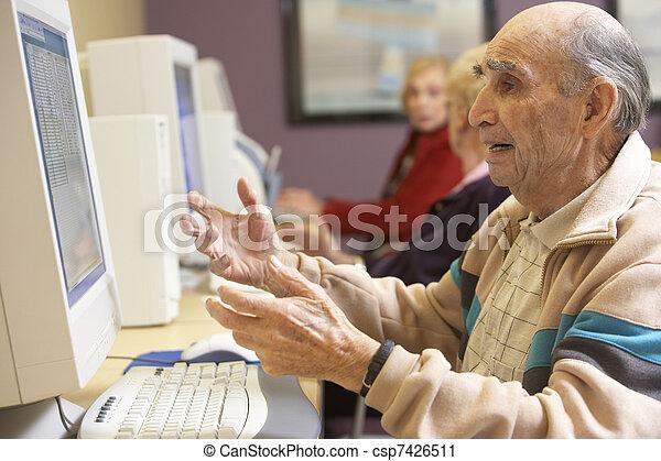с помощью, старшая, компьютер, человек - csp7426511