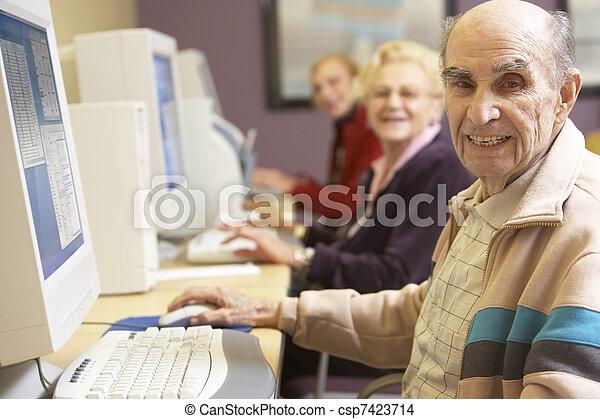 с помощью, старшая, компьютер, человек - csp7423714