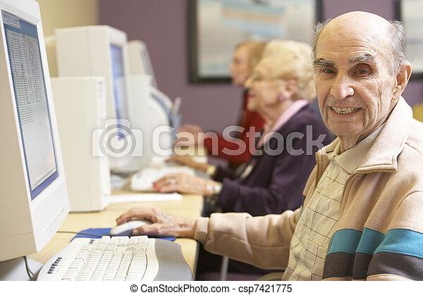 с помощью, старшая, компьютер, человек - csp7421775