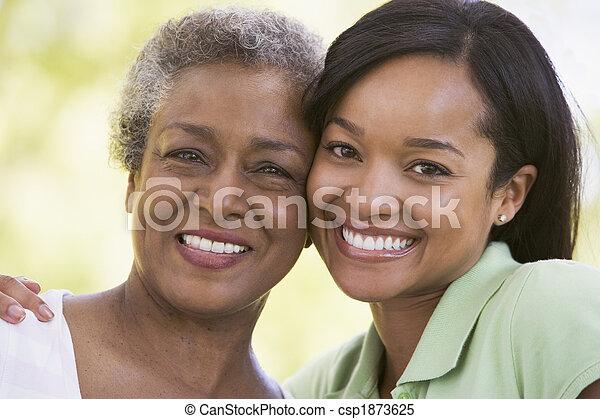 улыбается, женщины, два, на открытом воздухе - csp1873625