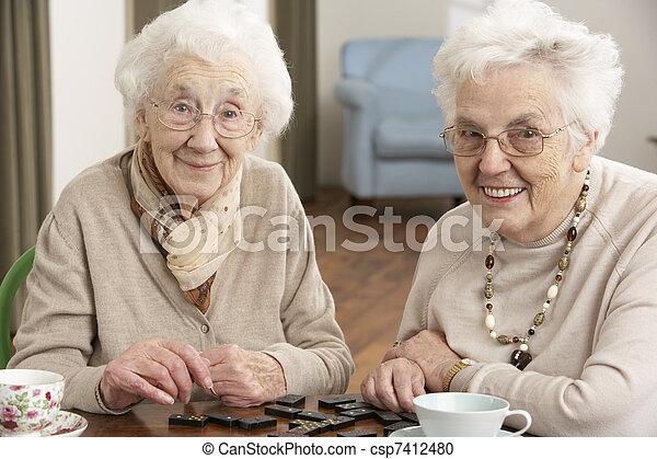 центр, два, playing, домино, старшая, женщины, дневной уход - csp7412480